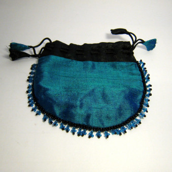 Schmuck-Täschli jewelery bag with glass beads richly embroidered all over the edge, medium size raw silk with cotton / viscose lining, closure ribbon with hand-sewn shavings, fair trade from Nepal